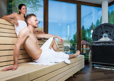 paar_entspannt_in_schwitzmuehle_im_wellnessbereich_c_alexander_kaiser-lichtlinienat_hotel_guglwald