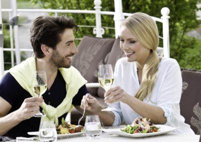 paar_geniesst_lunch_auf_der_terrasse_bergergut