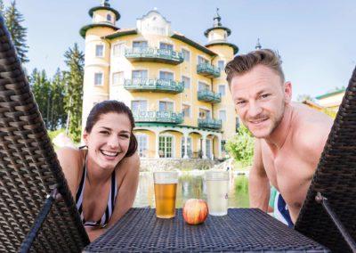 paar_trinkt_getraenke_im_aussenbereich_des_hotels_c_alexander_kaiser_-_lichtlinienat_hotel_guglwald