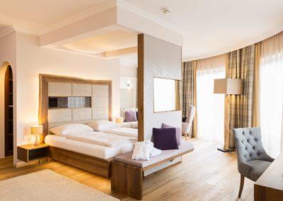 suite_leinen_im_landhaus_c_alexander_kaiser_-_lichtlinienat_hotel_guglwald